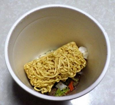 12/5発売 カップヌードル Light+ ビーフと野菜のボルシチ(内容物)