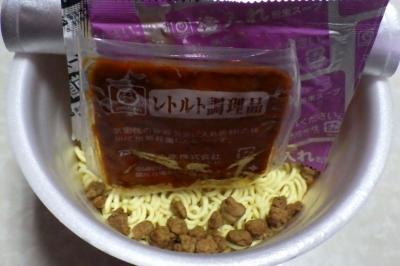 12/26発売 でかまる 辛肉担担麺(内容物)