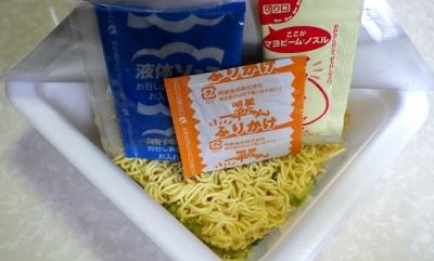 6/6発売 一平ちゃん 夜店の焼そば 梅かつお味(内容物)