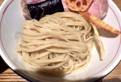 麺と心 7 鰯白湯つけ麺 ~自家製「平打ち麺」~(麺のアップ)