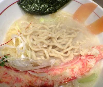 麺と心 7 蟹白湯ラー麺 ~自家製太ちぢれ麺~(麺のアップ)