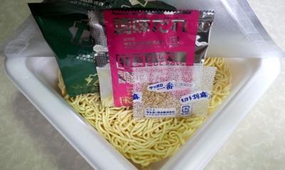 7/25発売 サッポロ一番 塩らーめん ねぎ塩カルビ風 焼そば(内容物)