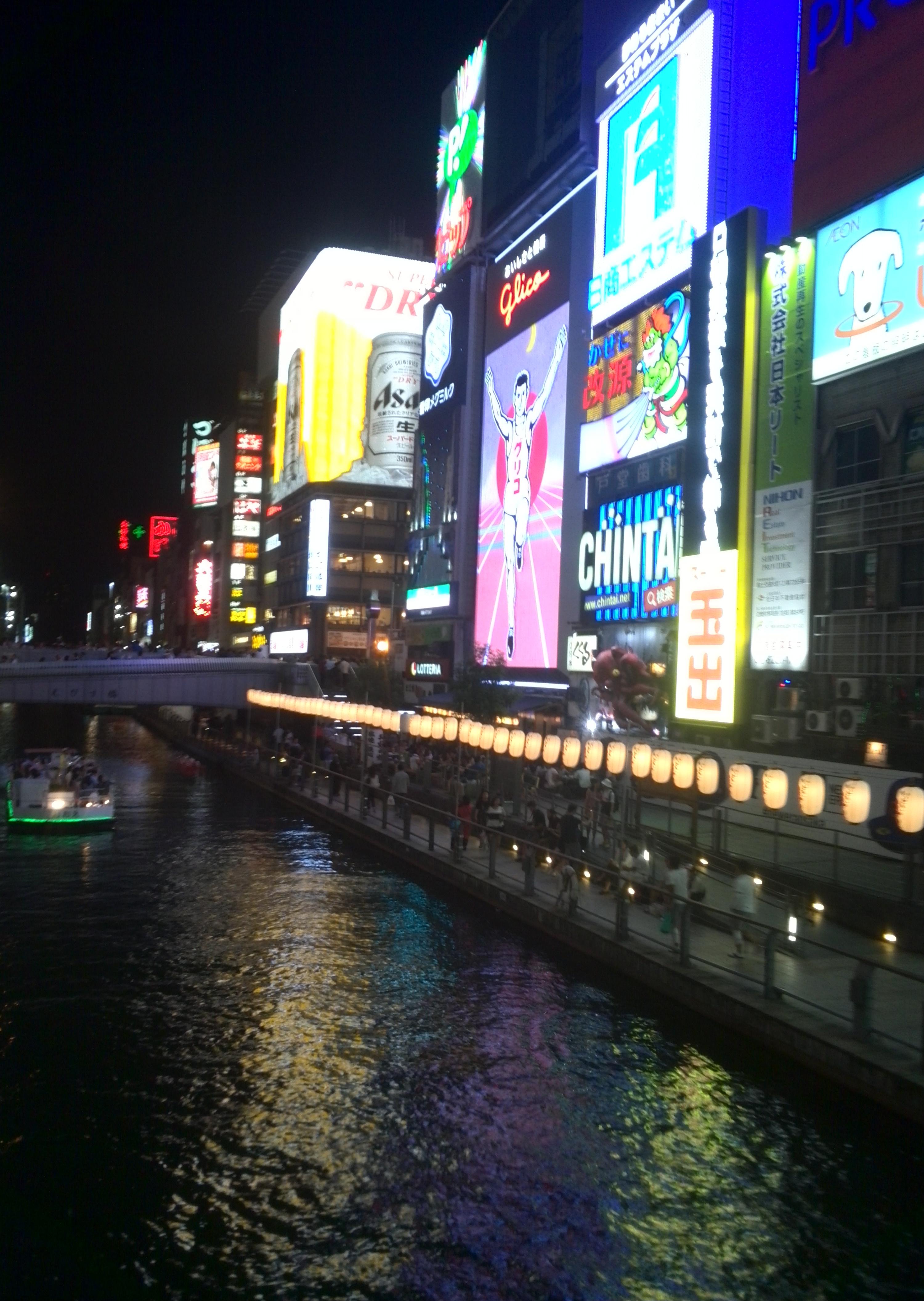 大阪の道頓堀はまさに眠らない夜の街