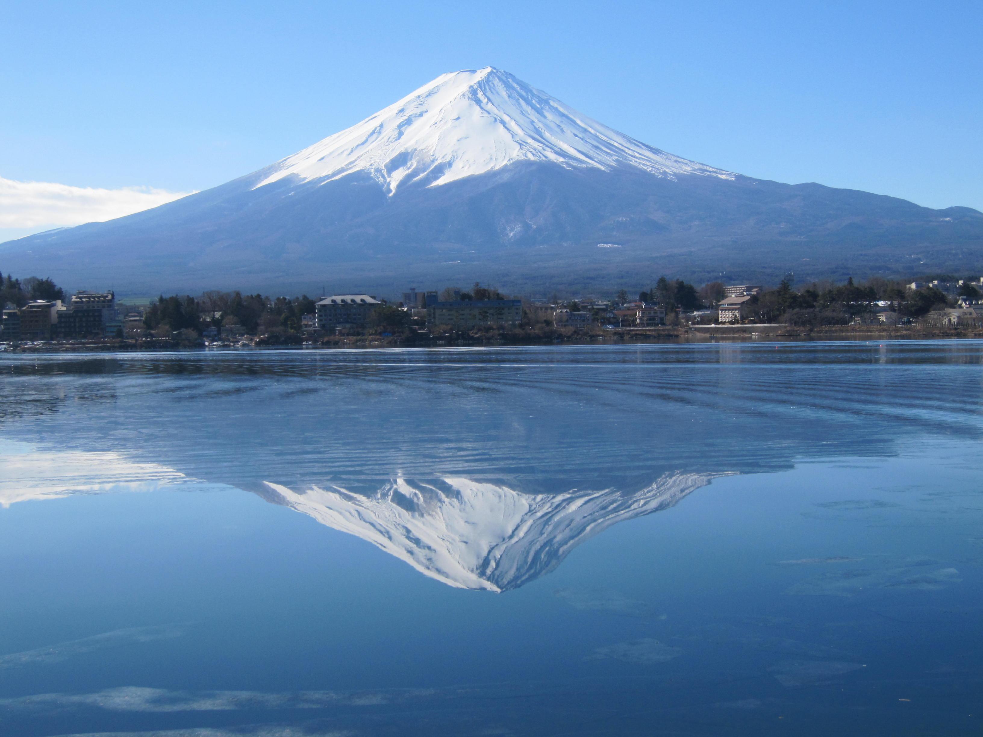 富士山は日本で一番高い山であるが、意外と平和なのはやはり日本だからか