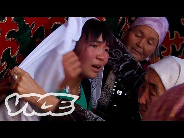 sddefault泣き叫ぶ女性を…。誘拐婚の瞬間を撮影