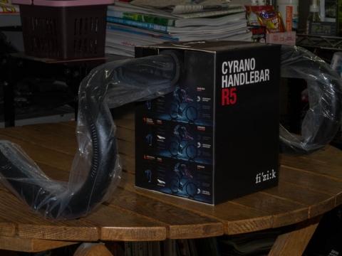 フィジーク シラノ R5 ドロップハンドル スネーク 420mm