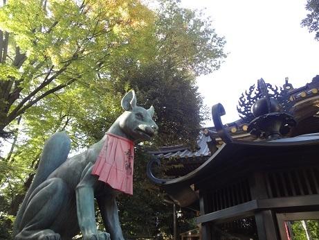 本殿の稲荷狐(左)