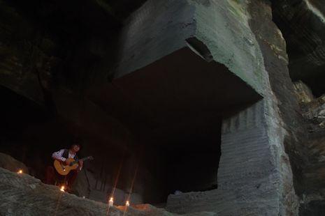 採石場跡でコンサート