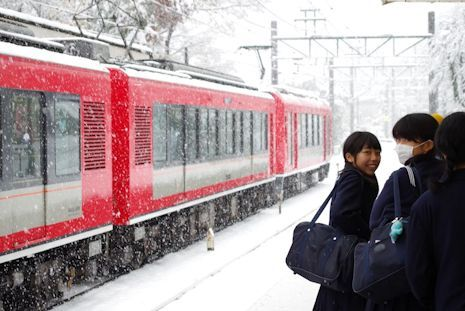 赤い電車は湯本行き
