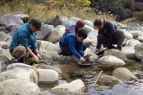 ひたすら泥を水で洗う作業