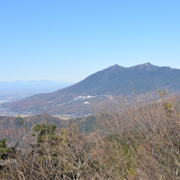 宝篋山頂から筑波山を望む。左に日光連山