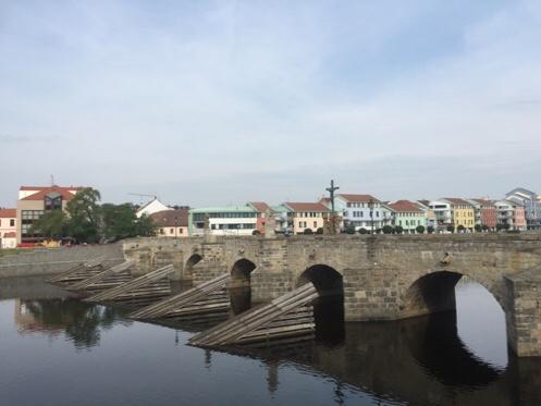 プラハでピヴォ ピーセクの石橋