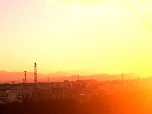 夕焼けで見えない富士