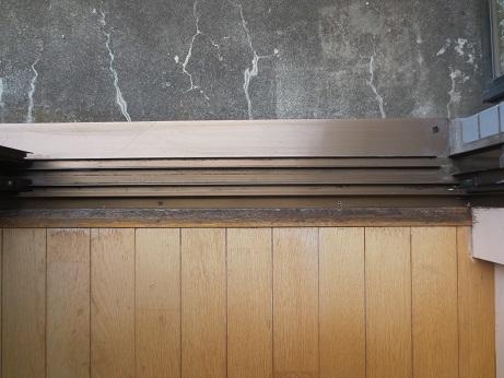 掃き出し窓の抑え板のカビ