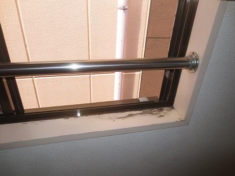 窓枠のペンキ剥がれ