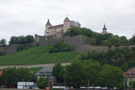 マリエンベルク要塞を橋の上から_R