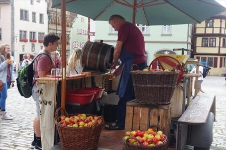 リンゴジュース売りのおじさん_R