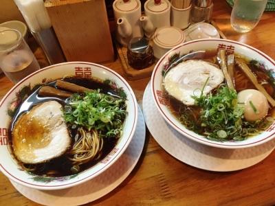 160716金久右衛門梅田店黒醤油ラーメン670円紅ラーメンとのスープの比較