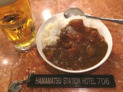 160914浜松ステーションホテル夕方のサービスのドリンクとカレーライス