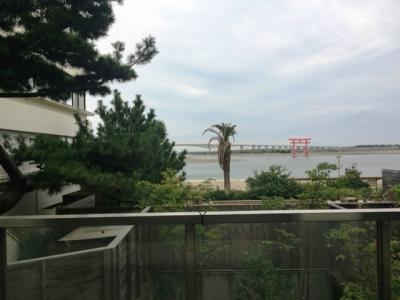 161012開春楼中庭から露天風呂と浜名湖を望む