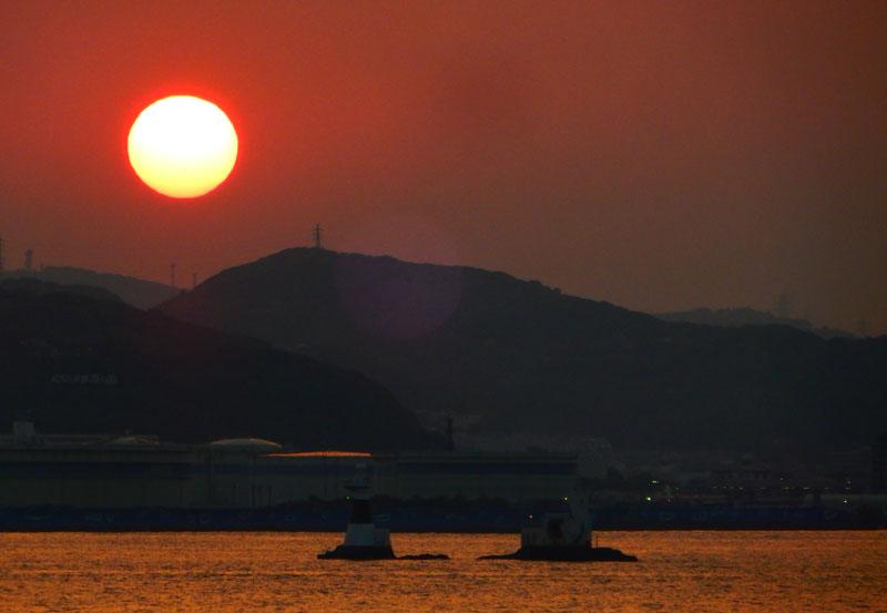 160522煙突と夕日@東京湾フェリー3