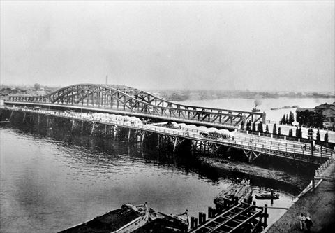 鉄橋の白鬚橋竣工の写真