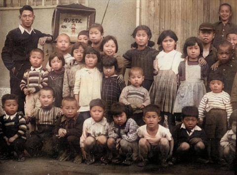 紙芝居に集まる山谷の子どもたち(カラー)
