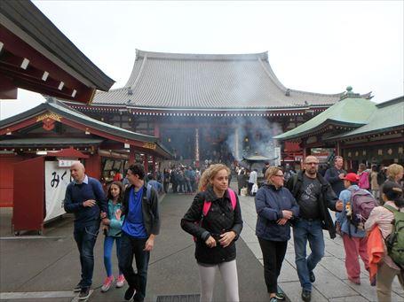外国人旅行者が目立つ浅草寺 ①