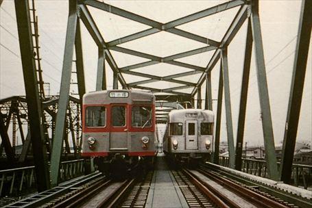 隅田川を渡る営団地下鉄と東武車両