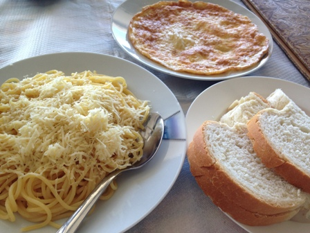 チーズパスタとチーズオムレツ