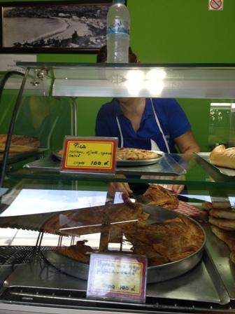 アルバニアの定番軽食パイピザ