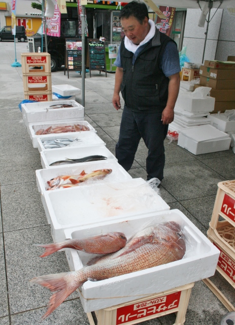 IMG_4407 魚屋のオジサン(463x640)