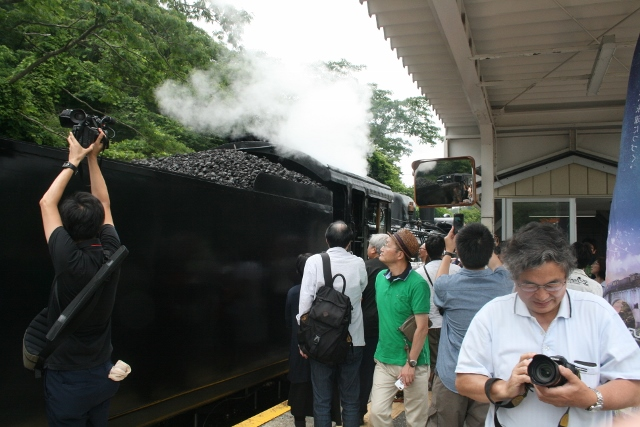 IMG_5050 機関車に群がる(640x427)