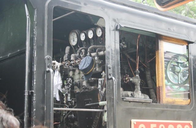 IMG_5055 機関車の中(640x419)