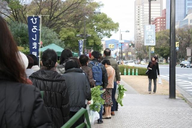 IMG_7003 朝市の列(640x427)