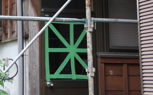 窓に養生テープ
