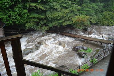川床の橋の様子