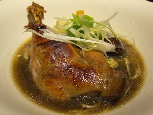 フランス産鴨もも肉のスープ仕立てラーメン