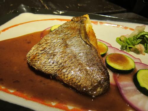 福岡産真鯛のポワレ赤ワインソース
