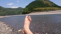 熊野川を歩いて渡る-s