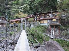 06桃の木山の家・渓谷沿いのつり橋を渡って。-s