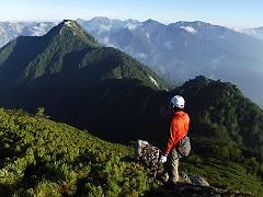 05急峻な登山路の続く唐沢岳-s