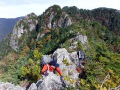 03鶏冠の岩峰を行く