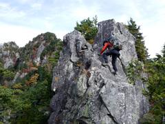 04第2岩峰を登るY川さん