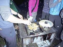03キャンプでチキン焼き-s