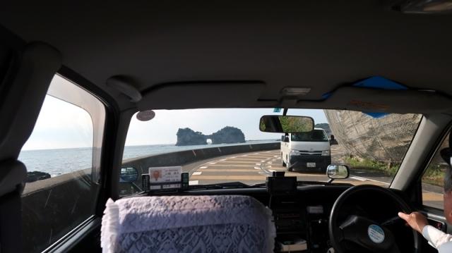 タクシーから見た円月島