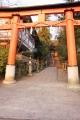 夕日に輝く宇治神社前