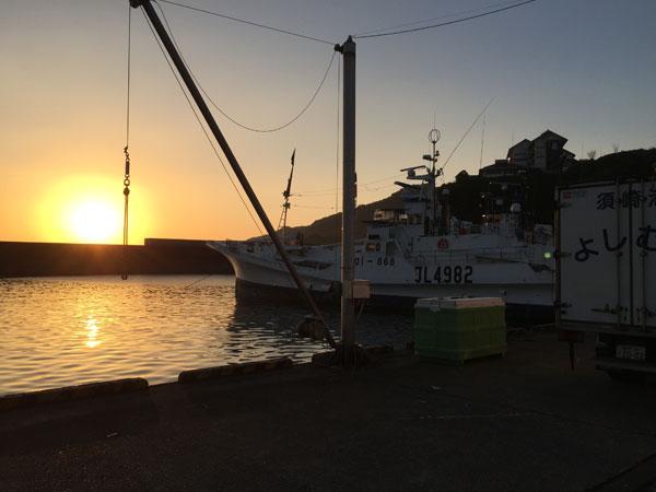 夜明けのかつお船