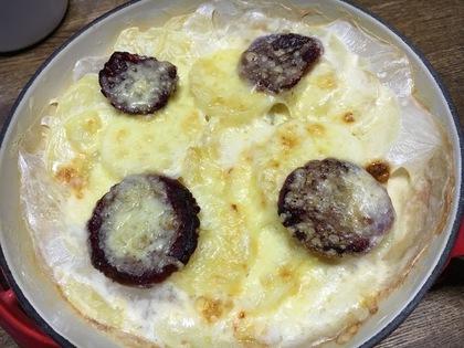 ジャガイモとサラミのチーズ焼き