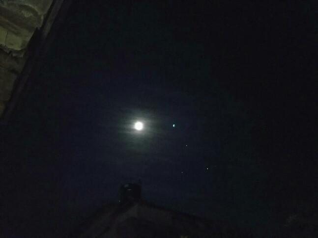 月の隣に輝く 怪しい青い物体